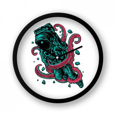 Alien Octopus resimli siyah duvar saati. Presstish tasarım baskılı duvar saati. Astronot ve ahtapot baskılı duvar saati. Hediyelik şık dekoratif duvar saatleri.