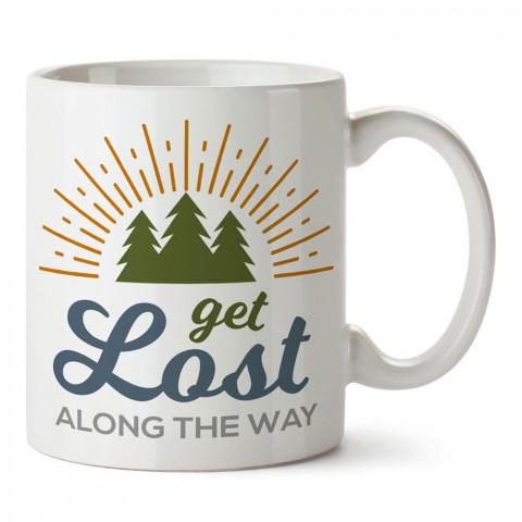 Yol Boyunca Kaybolmak tasarım baskılı porselen kupa bardak modelleri (mug bardak). Doğa, macera, kamp, tatil ve seyahat sevenlere hediye. Kahve kupası.