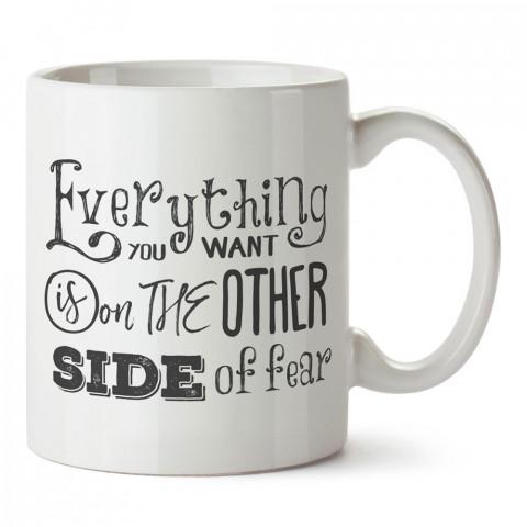 İstediğin Her Şey Korkunun Diğer Tarafında yazılı tasarım baskılı porselen kupa bardak modelleri (mug bardak). Yazılı desenli hediyelik kahve kupası.
