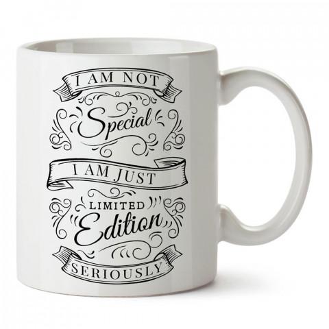 Özel Değilim Sınırlı Sayıdayım yazılı tasarım baskılı porselen kupa bardak modelleri (mug bardak). Yazılı desenli hediyelik ürünler. Kahve kupası.