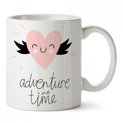 Macera Zamanı Kalp tasarım baskılı porselen kupa bardak (mug). Sevgiliye hediye aşk içerikli kupa bardaklar. Sevgiliye en güzel hediye kupa. Sevgili için kahve kupası.