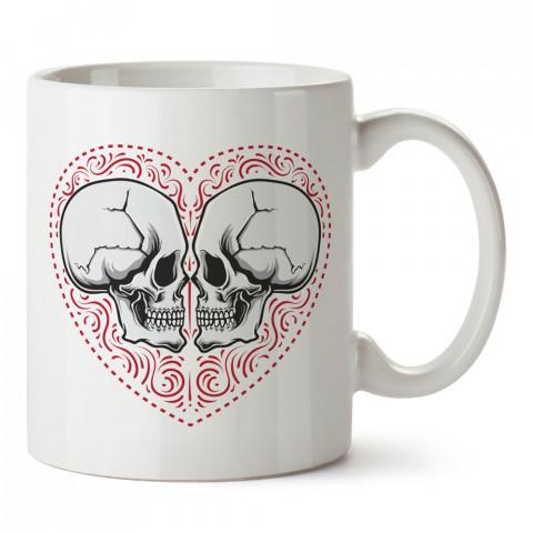 Kuru Kafa Sevgililer Kalp tasarım baskılı kupa bardaklar. Kuru Kafa hediyelik mug bardak. Skull tasarım kahve kupası. Kuru Kafa hediye fikirleri. Kuru Kafa resim.