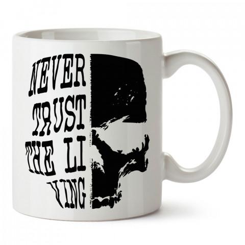 Never Trust Kuru Kafa tasarım baskılı kupa bardaklar. Kuru Kafa hediyelik mug bardak. Skull tasarım kahve kupası. Kuru Kafa hediye fikirleri. Kuru Kafa resim.