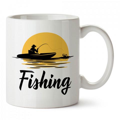 Balıkçı Ve Gün Batımı baskılı tasarım kupa bardak (mug bardak). Balıkçıya hediye kupa modelleri. Balıkçılara hediyelik kahve kupası. Balıkçılık sporu konulu hediye.