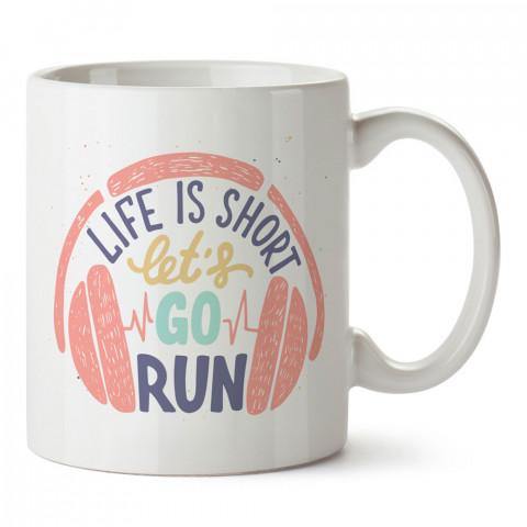 Hayat Kısa Koşalım baskılı tasarım kupa bardak (mug bardak). Koşucuya hediye kupa bardak modelleri. Koşuculara hediyelik kahve kupası. Koşu sporu konulu hediye.
