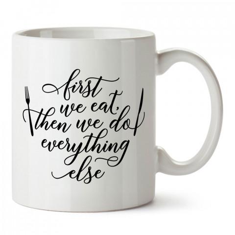 Önce Yemek Yiyelim tasarım baskılı kupa bardak (mug). Yemek yemeyi sevene hediye. Yemek sevene tasarımlı hediyelik ürünler. Yemek konseptli kupa bardak.