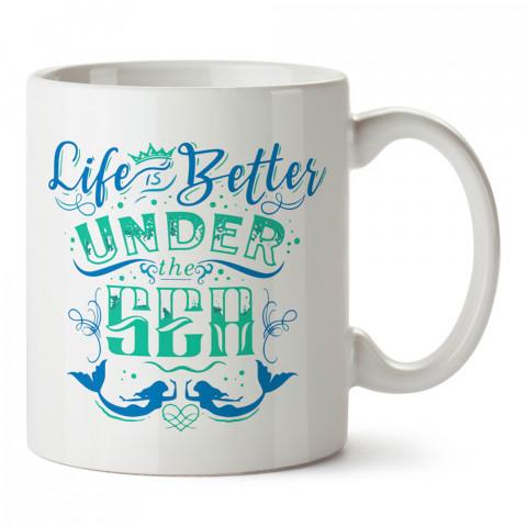 Hayat Denizin Altında Daha Güzel tasarım baskılı porselen kupa bardak (mug). Dalgıça hediye kupa bardak. Dalış sporu yapanlara, scuba diving yapana hediye kupa bardak.