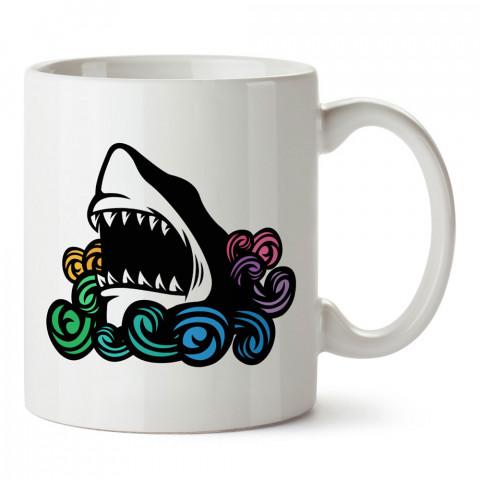 Renkli Dalgalar Ve Köpekbalığı tasarım baskılı porselen kupa bardak (mug). Dalgıça hediye kupa bardak. Dalış sporu yapanlara, scuba diving yapana hediye kupa bardak.