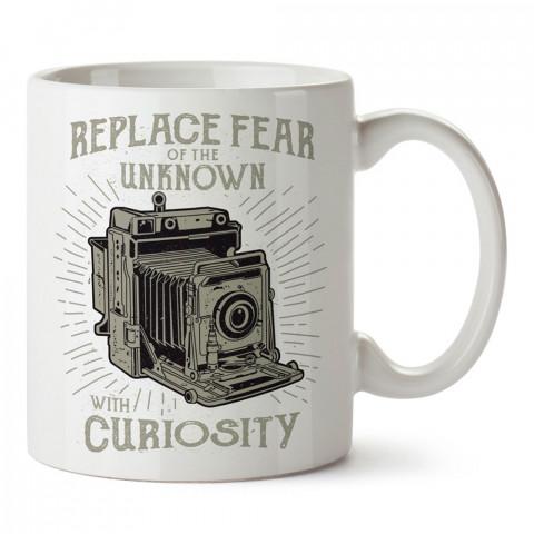Korkuyu Merakla Değiştir tasarım baskılı porselen kupa bardak (mug). Fotoğrafçılara ve fotoğraf severlere en güzel hediye. Fotoğraf sevene özel kahve kupası.