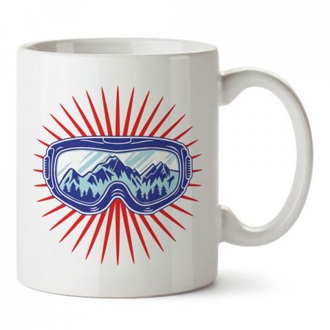 Kayak Gözlüğü ve Dağlar tasarım baskılı kupa bardak (mug bardak). Snowboardculara ve kayakçılara hediye kupa bardak modelleri. Kayak ve snowboard hediye.