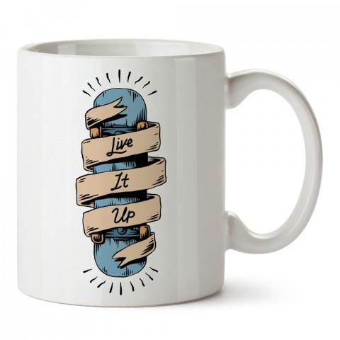 Kaykay ile Gününü Gün Et tasarım baskılı kupa bardak (mug bardak). Kaykaycılara ve patencilere hediye kupa bardak modelleri. Patenciye ve kaykaycıya hediye.