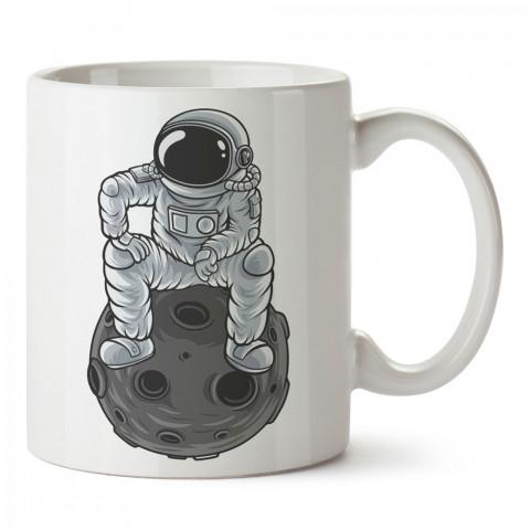 Gezegenin Üzerinde Oturan Astronot tasarım baskılı kupa bardak (mug bardak). Uzay ve galaksi desenleri sevenlere hediye. Gezegen kupa. Uzay meraklılarına hediyelik.