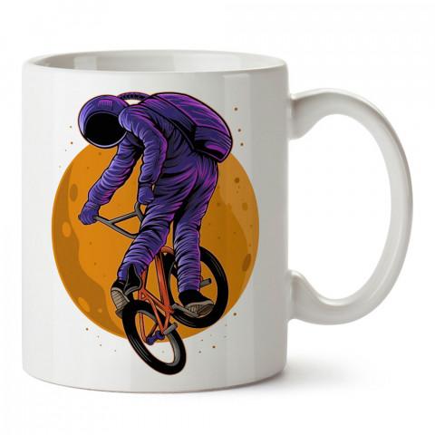 Bisikletçi Mor Astronot tasarım baskılı kupa bardak (mug bardak). Uzay ve galaksi desenleri sevenlere hediye. Ay ve gezegen resimli kupa. Uzay meraklılarına hediyelik.