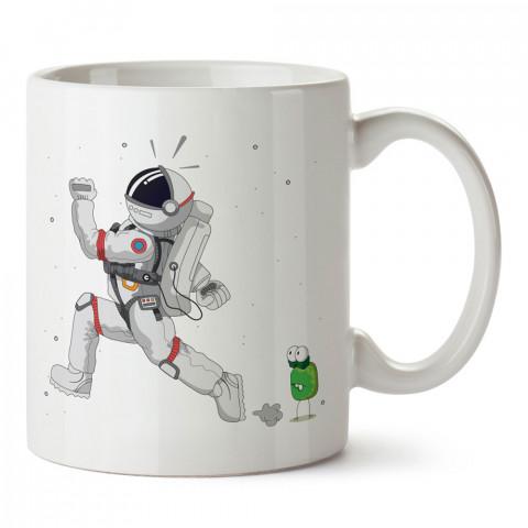 Uzaylıdan Kaçan Astronot tasarım baskılı kupa bardak (mug bardak). Uzay ve galaksi desenleri sevenlere hediye. Ay ve gezegen resimli kupa. Uzay meraklılarına hediyelik.
