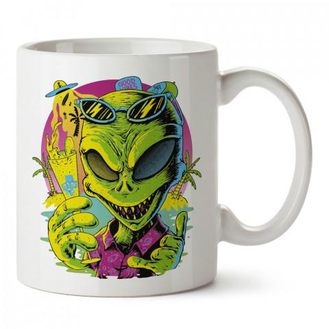 Yaz Tatilinde Uzaylı tasarım baskılı kupa bardak (mug bardak). Uzay ve galaksi desenleri sevenlere hediye. Ay ve gezegen resimli kupa. Uzay meraklılarına hediyelik.